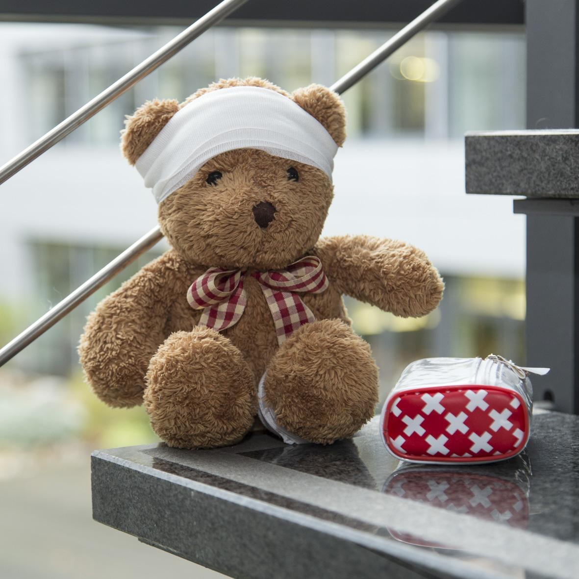 Teddy mit Kopfbinde als Symbol der Kopfschmerzen bei Veränderung und Orientierung